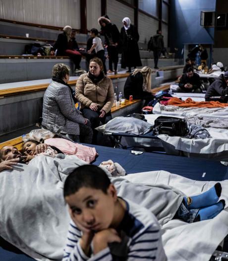 """Après le séisme en France, des habitants """"un peu perdus"""" passent la nuit dans un gymnase"""