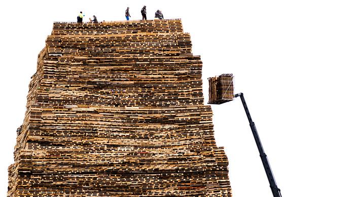 Archiefbeeld ter illustratie: De opbouw van een stapelplaats voor een vreugdevuur in Scheveningen.