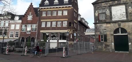 Stuk lood raakt los van gevel La Place in Gouda, deel van Markt is afgezet