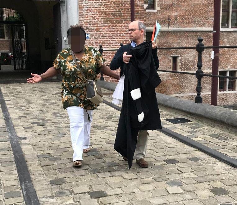 Grootmoeder Rita C. verlaat het gerechtsgebouw samen met haar advocaat.