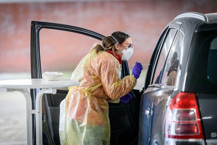 De GGD Twente is al bekend met testen in een drive-in. Dat gebeurde tot nu toe in parkeergarage Hermandad in Enschede, vanaf dinsdag gebeurt dat op twee nieuwe locaties in Enschede en Goor.