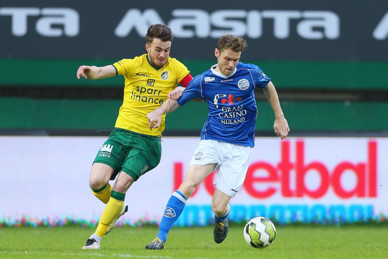 Dennis Kaars in duel met Fortuna Sittard-speler Jorrit Smeets