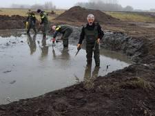 Agenten zoeken in modder naar moordwapen Hellevoetsluis
