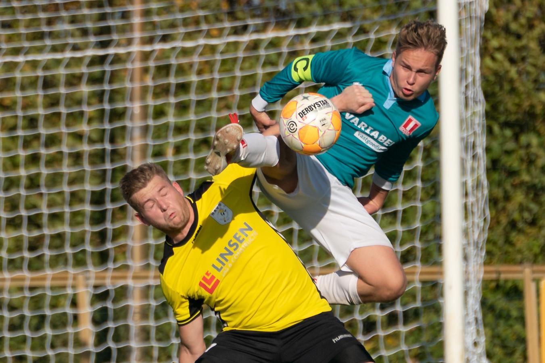 HAVO en DVOL troffen elkaar ook vorig seizoen. Luuk Jetten van DVOL (rechts) gaat hier onverschrokken het duel aan met Jordi Braam van HAVO.