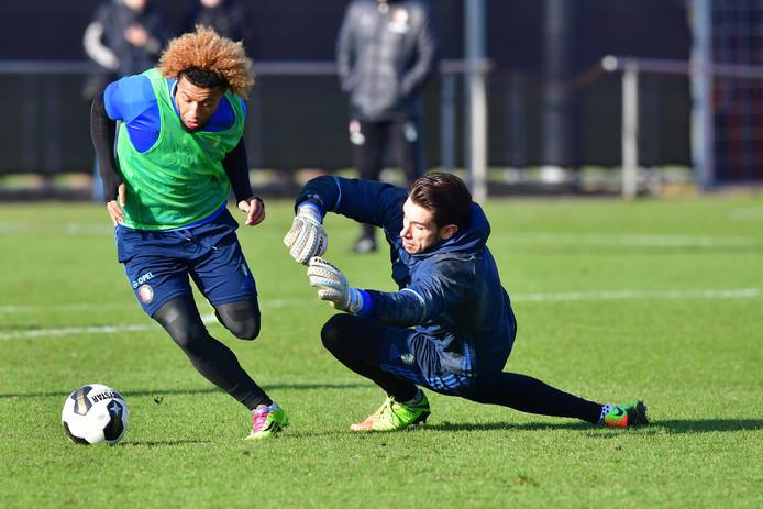 Tonny Vilhena passeert doelman Brad Jones op de training.