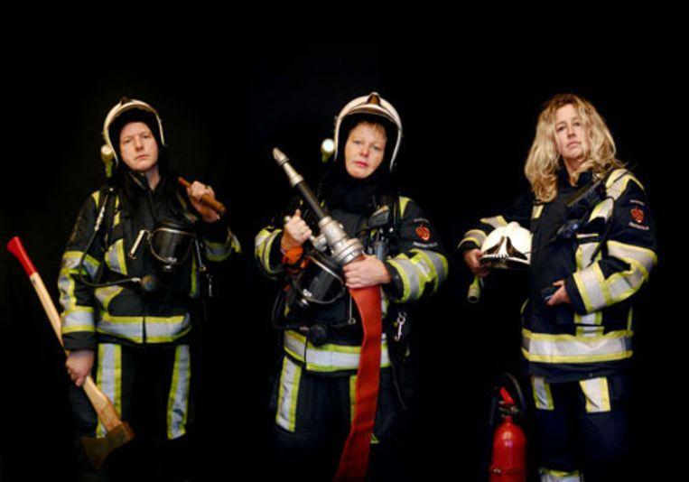 Enkele vrijwilligers van de brandweer in Genemuiden: vlnr Christiaan Buitink, Astrid Beuzenberg en Marianne Slagter. (Raymond Rutting - de Volkskrant) Beeld