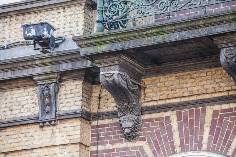 Verweerde en beschadigde gevelelementen, ornamenten en beelden van het hotel worden gerestaureerd Beeld Floris Lok