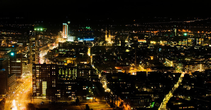 Skyline van nachtelijk Tilburg