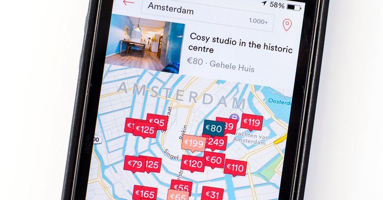 Airbnb-drukte in Amsterdam.  Een verplicht registratienummer voor verhuurders zou gemeenten kunnen helpen illegaal vakantieverhuur efficiënter aan te kunnen pakken. Beeld ANP