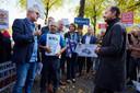 Frank den Braven (links) bood minister Eric Wiebes eerder al petities aan in strijd tegen gaswinning in Waalwijk. Hij vindt het nu tijd voor een groter protest in Den Haag.
