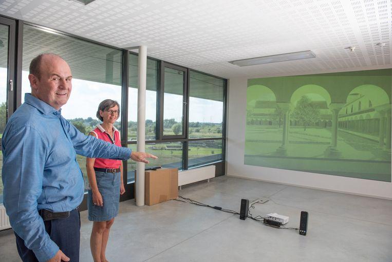 Daniël Pletinckx en Claire Van Der Donckt demonstreren de werking van het hoogtechnologische snufje. Met je hand toon je waar je naartoe wil in de abdij.