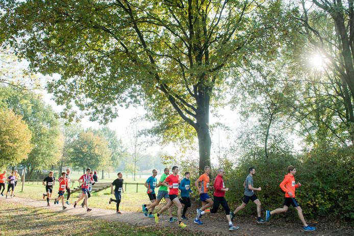 Beelden van de Vallende Bladerenloop. De overwinning op de negen kilometer ging naar Ruben Verlangen en Tessa Fruit.