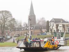 Aandrijving van veerpont over IJssel kapot door storm