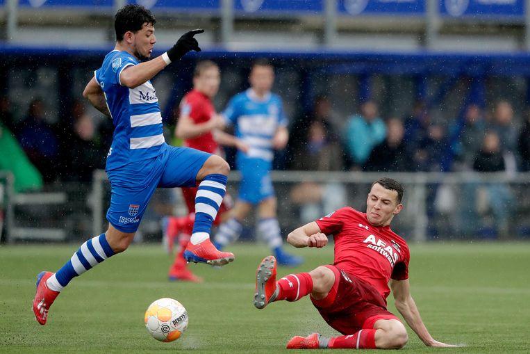 Gustavo Hamer (links) van PEC Zwolle en Oussama Idrissi (AZ) in duel. Beeld BSR