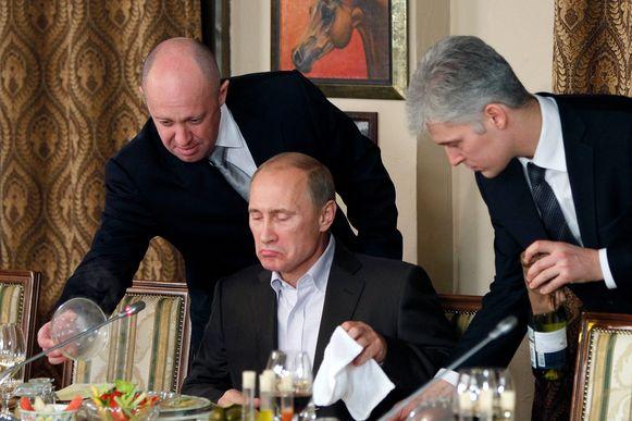 Prigozhin, hier links van Vladimir Poetin in een van zijn restaurants in Moskou.