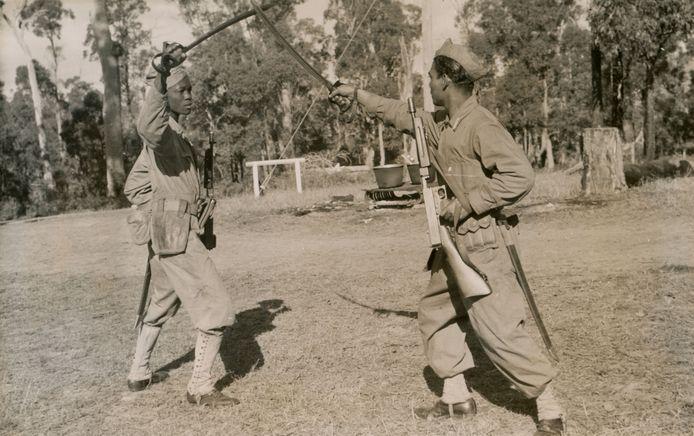 Demonstratie zwaardvechten door Surinaamse militairen in opleidingskamp Casino in Australie.