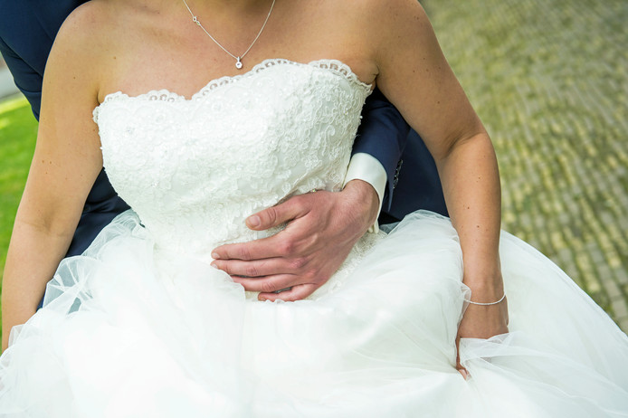 2015-08-17 16:35:09 AMSTERDAM - Een bruid en bruidegom op hun huwelijksdag. ANP JEROEN VAN DER MEYDE