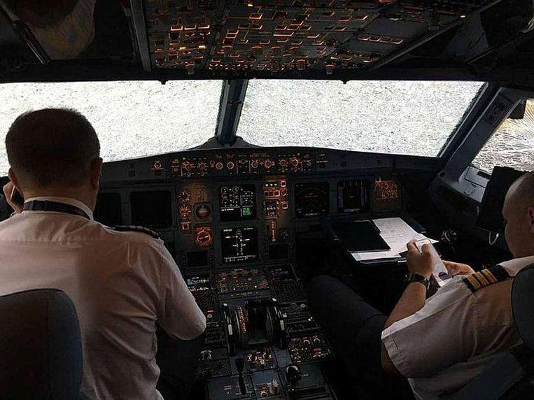De cockpit van een Atlasglobal-vliegtuig na een zware hagelstorm Beeld