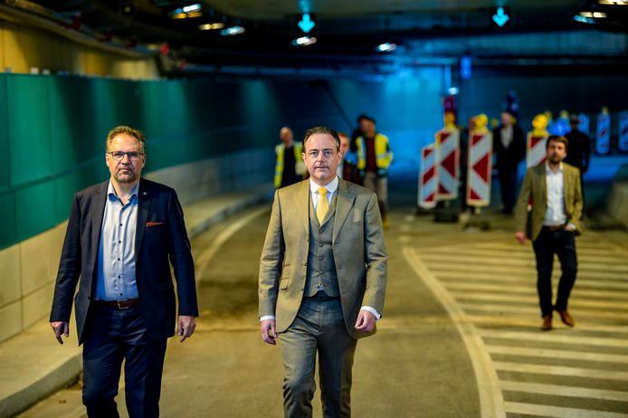 Koen Kennis (N-VA) en Bart De Wever (N-VA) hadden de tunnel die de Leien na drie jaar terug verbindt, nog maar een uur eerder geopend.