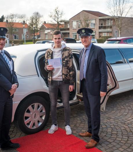 Jarige Mike wordt per limousine naar het stembureau gereden