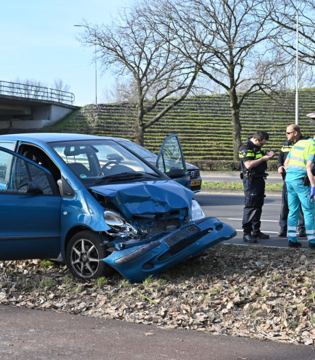 Vrouw botst met auto op voorganger en raakt lichtgewond in Breda
