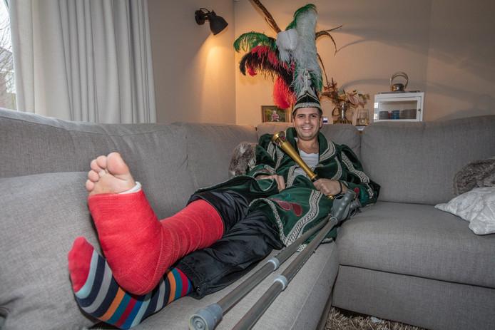 Prins Leroy d'n Urste van het Kersepittenrijk moet carnaval op krukken vieren. Foto ton van de meulenhof/fotomeulenhof