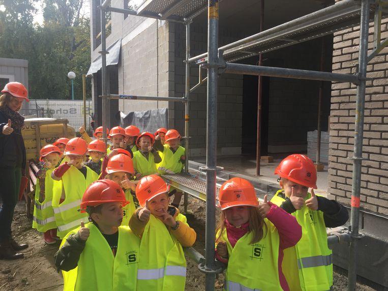 De kleuters van Hof Pepijn waren onder de indruk van de bouw van hun nieuwe school.