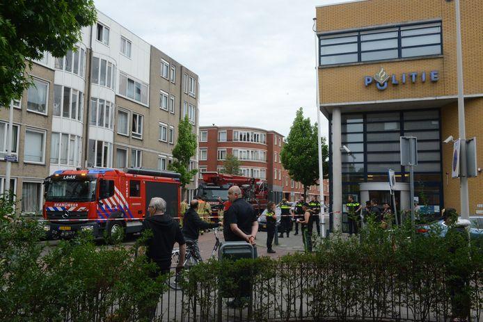 De bewoners zijn op last van de politie uit hun huis gehaald
