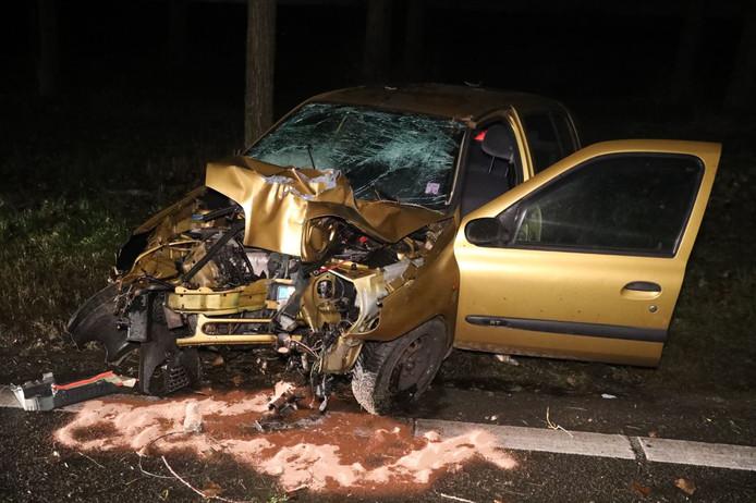 De auto raakte totaal verwoest door de botsing.