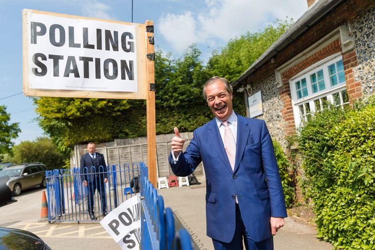 Nigel Farage arriveert donderdag in Biggin Hill om zijn stem uit te brengen voor de Europese verkiezingen. Beeld EPA