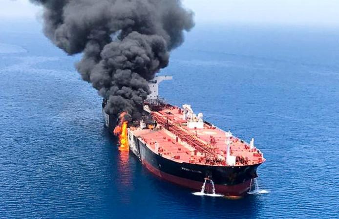 De Noorse tanker Front Altair in brand in de Golf van Oman.