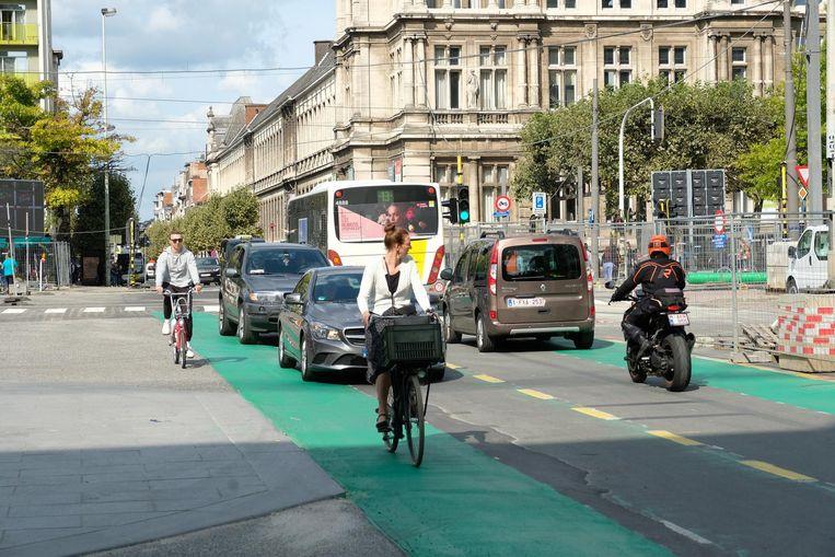 De fietsers moeten de groene fietspaden delen met bussen, werfvrachtwagens en auto's.