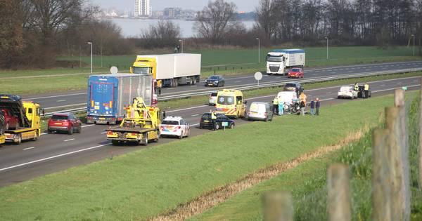 Motorrijder valt na botsing met auto op A28 bij Harderwijk.