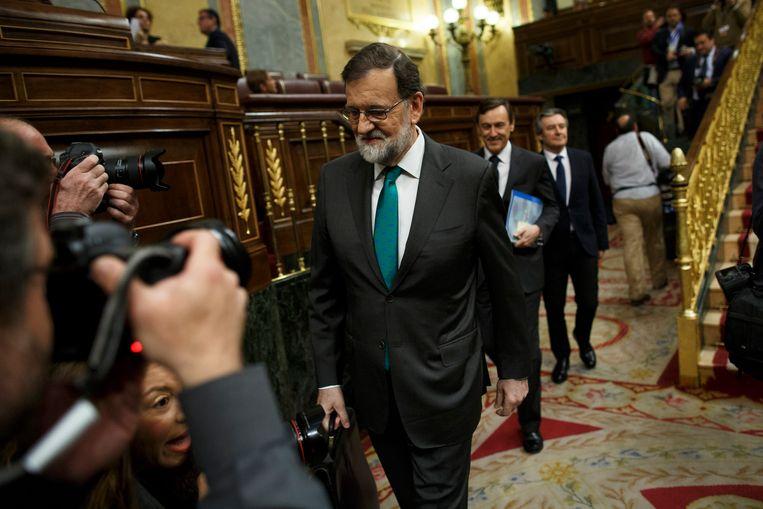 Mariano Rajoy  verlaat het Spaanse parlement. Beeld Getty Images