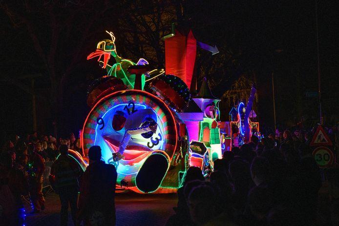 Verlichte carnavalsoptocht in de straten van Buurse. EDITIE: