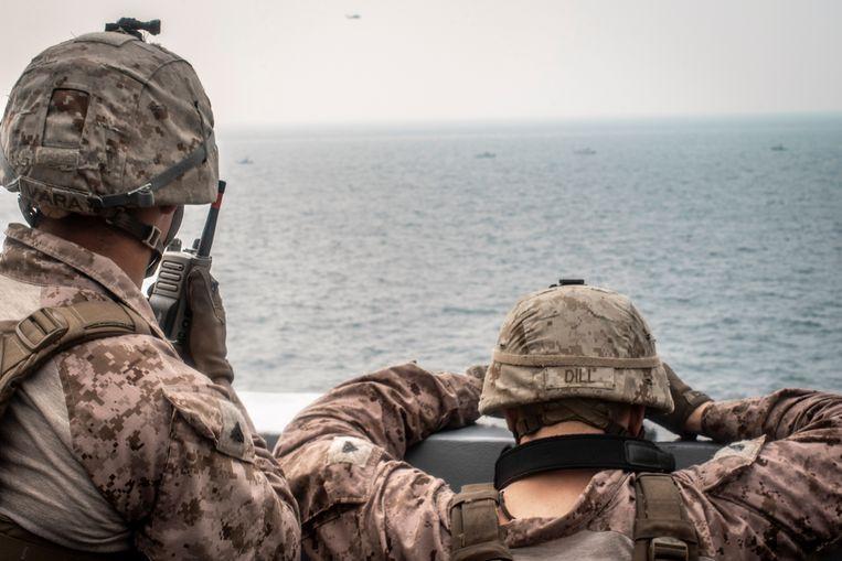 Amerikaanse mariniers houden Iraanse oorlogsschepen in de gaten bij de Straat van Hormuz. Beeld Reuters