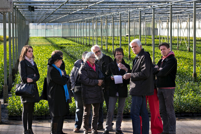 Deelnemers aan de Voedselkaravaan luisteren in Deurne naar plantenkweker Henk Raaijmakers (tweede van rechts). foto René Manders
