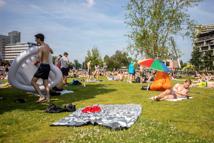 Amsterdammers genieten van de zon.