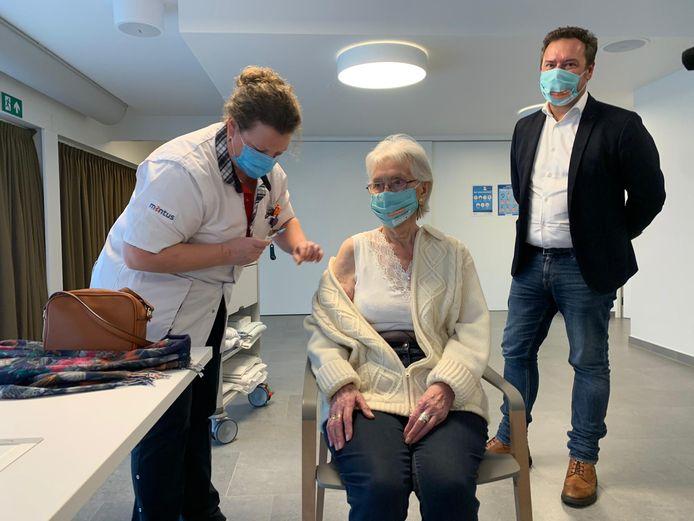 Maria Decorte ontvangt het eerste vaccin in Ten Boomgaarde.