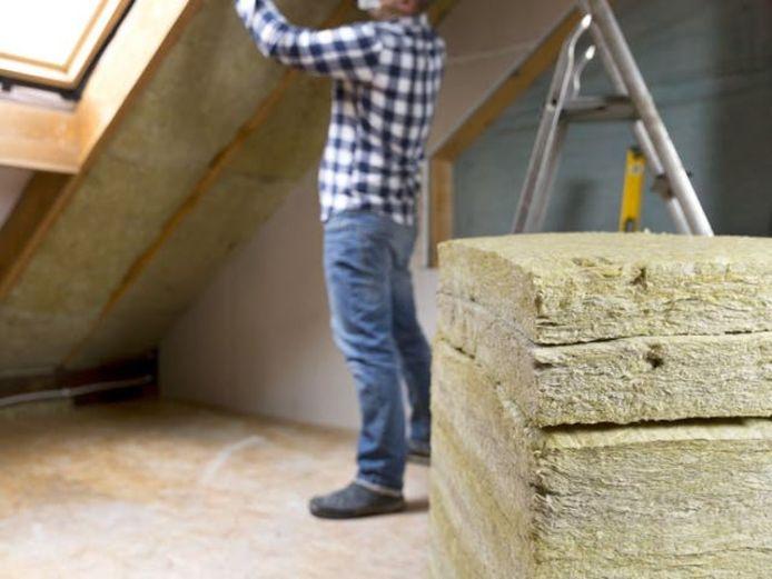 Ben je van plan om zelf je dak of zoldervloer te isoleren? Dan zet je er het best vaart achter: de Vlaamse regering heeft beslist dat de premie vanaf 1 januari 2021 verdwijnt.