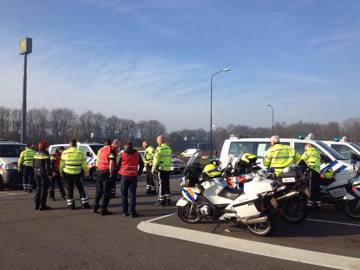 Politie verzamelt zich bij McDonalds in Geldrop voor de langzaamaan-actie.