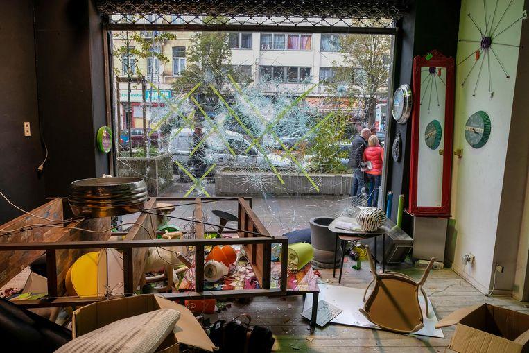 Niet alleen het raam is aan diggelen geslagen, ook binnen ligt alles overhoop.
