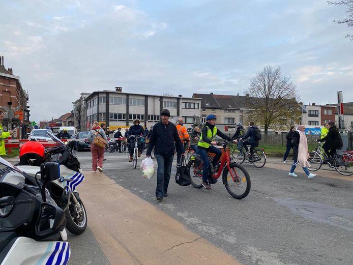 De politie laat voetgangers en fietsers af en toe oversteken