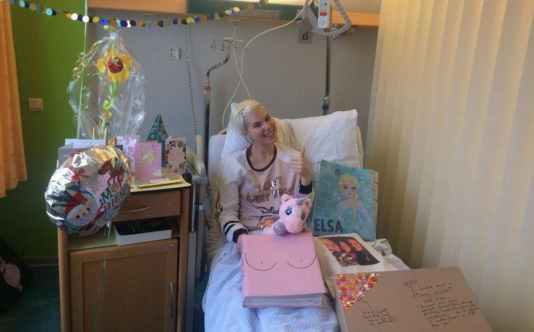 Davina in haar ziekenhuisbed, met cadeautjes en 'tietenboek'.