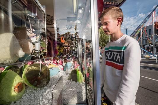 Keen Janssen uit Gennep heeft herfstvakantie en is met zijn broer een middagje op de kermis op het Europaplein in Gennep. Hier probeert hij iets te winnen bij de hijskraantjes.