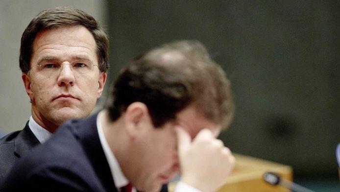 Minister van Sociale Zaken en Werkgelegenheid Lodewijk Asscher (R) en premier Mark Rutte tijdens het debat in de Tweede Kamer over de terroristische aanslagen in Parijs.
