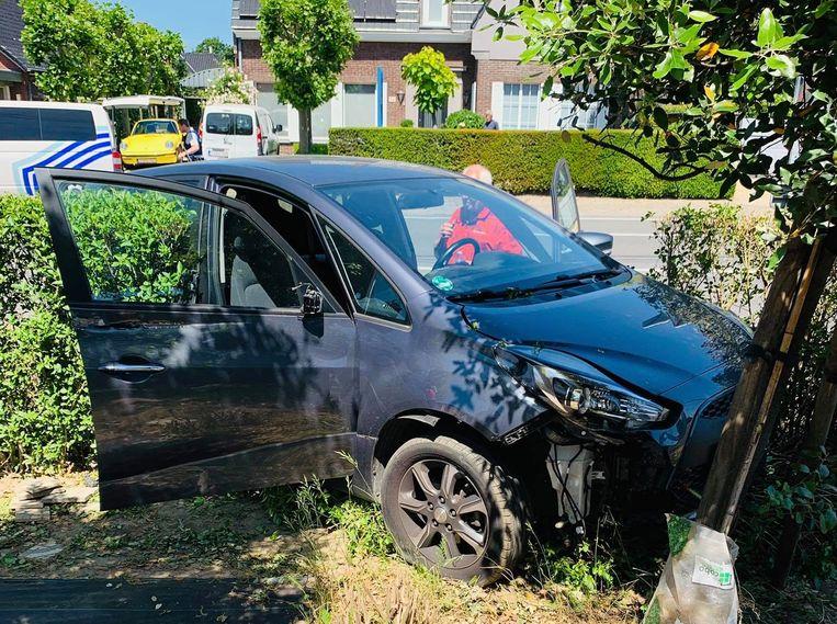 De Hyundai van het echtpaar uit Ravels strandde in een haag.