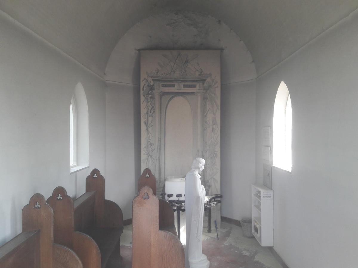 Het interieur van het Jozefkapelletje na de brandstichting