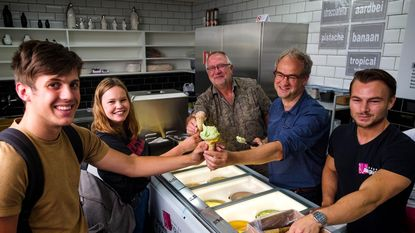 Deurns ijssalon verkoopt ijsjes in kiosk Marktplein