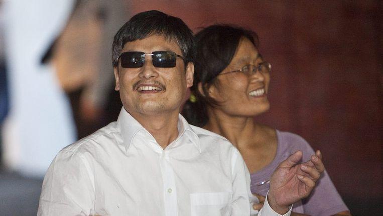 De blinde Chinese dissident Chen Guangcheng met zijn vrouw Yuan Weijing komen aan bij de Universiteit van New York. Beeld epa